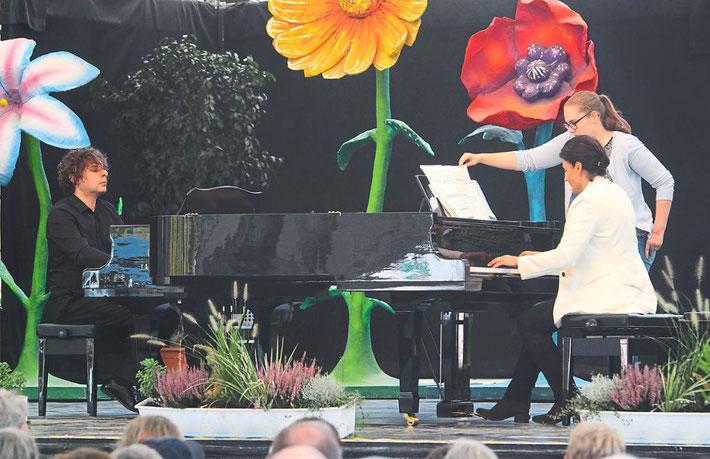 Marek Szlezer und Bozena M. Ficht-Maciejowska bei ihrem Klavierkonzert auf der LGS Foto: Haberer Foto: Lahrer Zeitung