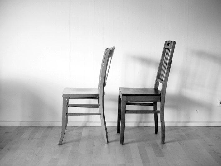 Zwei Stühle stehen hintereinander