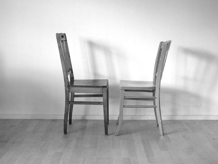 Zwei Stühle stehen sich frontal gegenüber