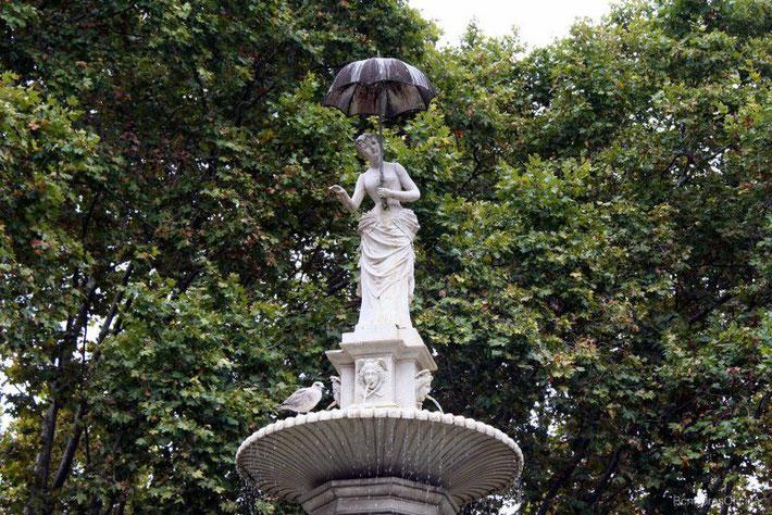 """Фонтан """"Дама с зонтиком"""" в Барселоне"""