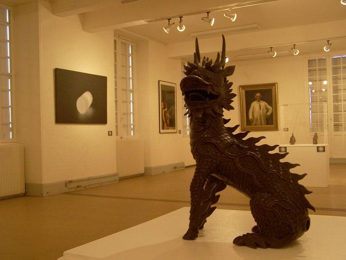 Au premier plan, Animal fantastique, fin XIXème s (musée des Arts décoratifs et du design de Bordeaux)