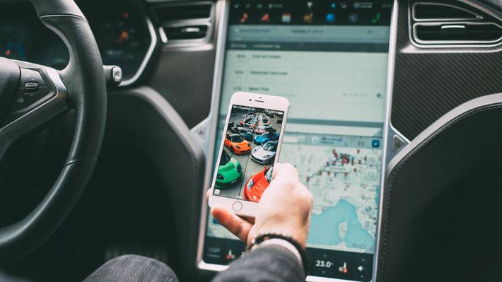 Kleine und grosse Bildschirme im Tesla Model S (Bild: S. Schwarz)