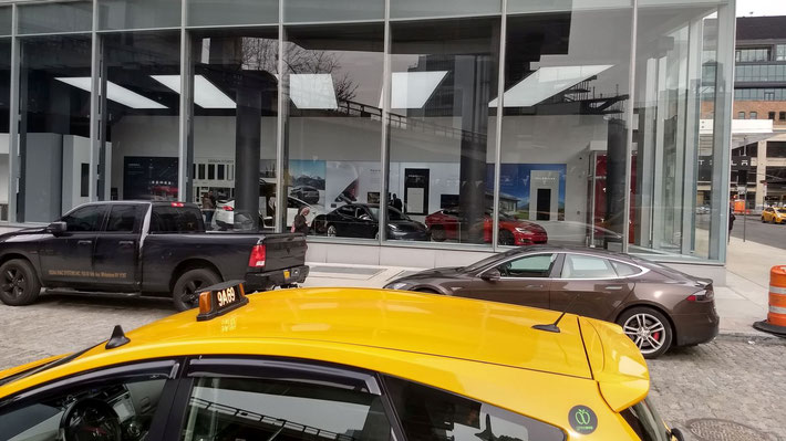 Der Tesla Showroom im Meat Packing District in New York City.