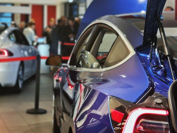 Tesla Model 3 im Showroom in Zürich, im Hintergrund ein weisses Model S