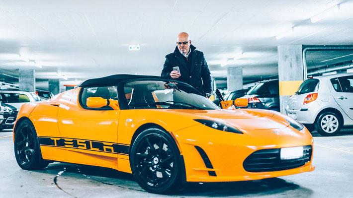 Stephan Schwarz mit seinem Tesla Roadster (Bild: S. Schwarz)