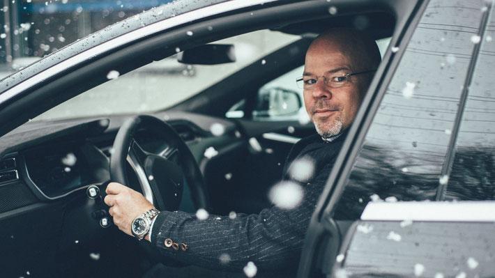 Am Steuer des Model S (Bild: S. Schwarz)
