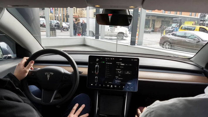 Das Cockpit des Model 3: reduced to the max!