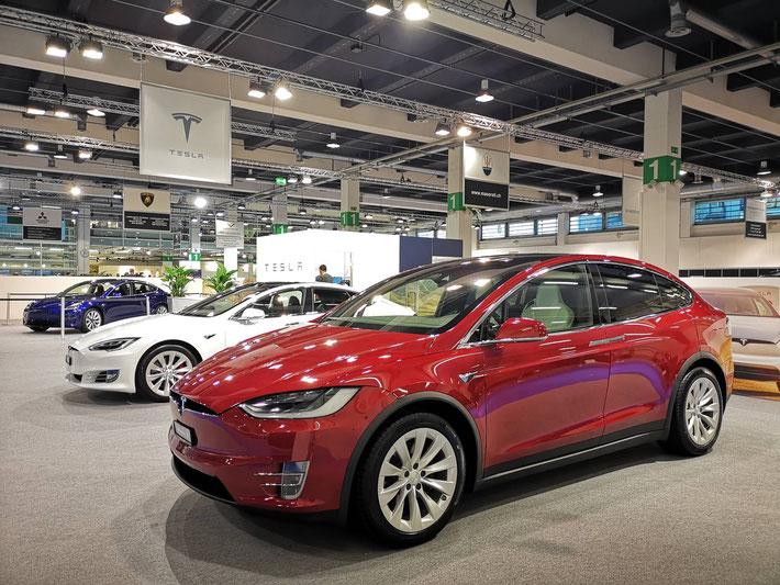 Tesla Stand in der Halle 1 der Auto Zürich 2018 mit Model X, S und dem Model 3 im Hintergrund