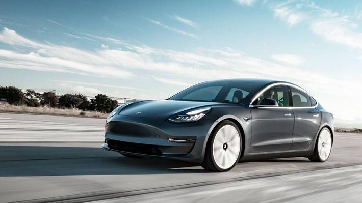Wie weit kommt man mit dem Tesla Model 3 auf der Schweizer Autobahn? (Bild: Tesla)