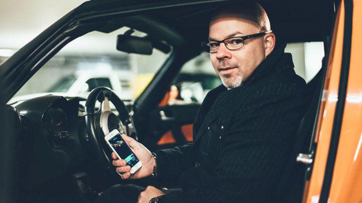 Stephan Schwarz am Steuer des Tesla Roadster (Bild: S. Schwarz)