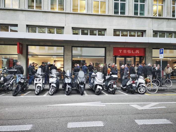 Wartende Model 3 Enthusiasten vor dem Tesla Store in Zürich