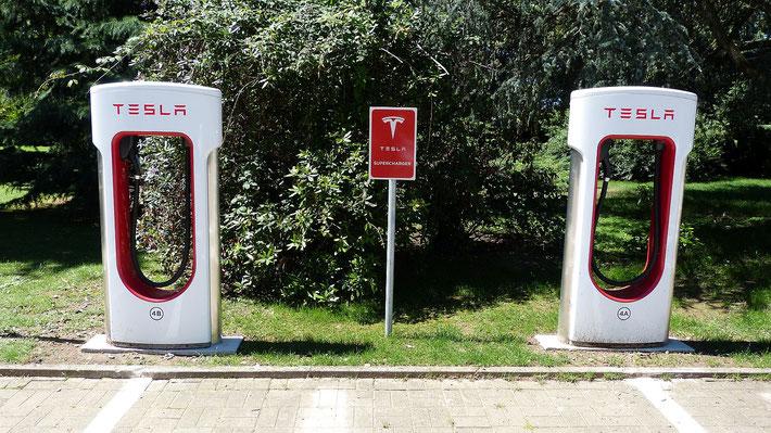 Tesla Supercharger Ladestationen werden mit Zweifach-Ladekabeln nachgerüstet
