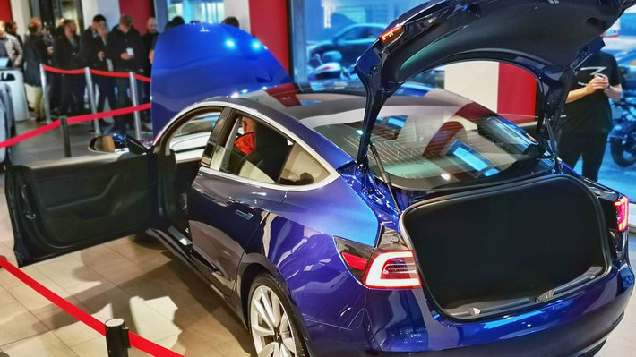 Das erste offizielle Ausstellungsmodell des Tesla Model 3 - ab sofort im Tesla Store in Zürich zu besichtigen