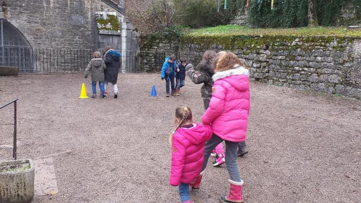 Parcours à deux, un pied de chaque enfant étant lié à celui de son camarade
