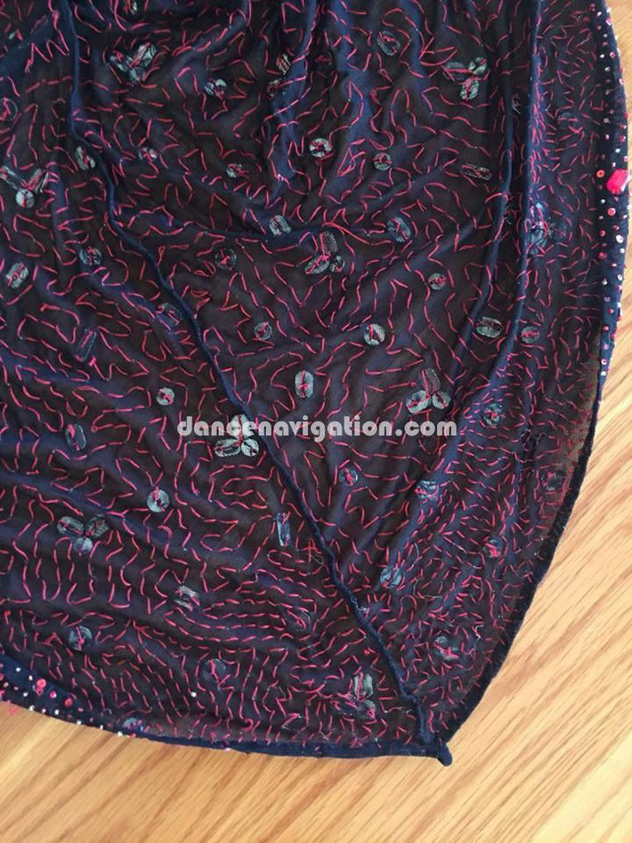 裏地の写真です。繊細な手縫のドレスです。 非常に丁寧に、贅沢に作られたラグジュアリーな1着です。