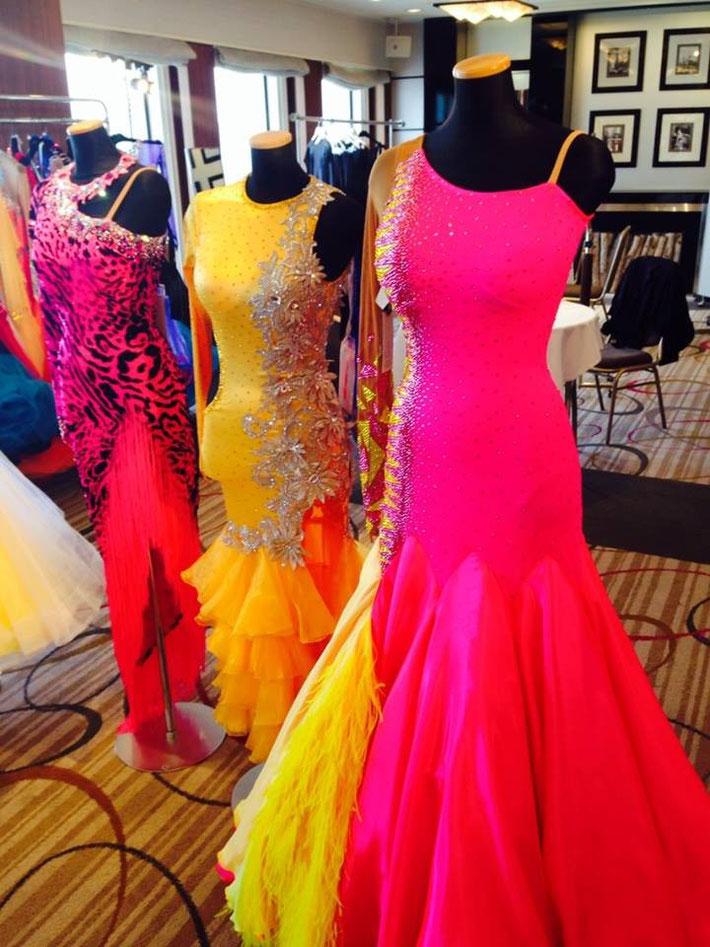 手前イエローとホットピンクが眩しいスタンダードドレス。スカートのフェザーがゴージャス☆