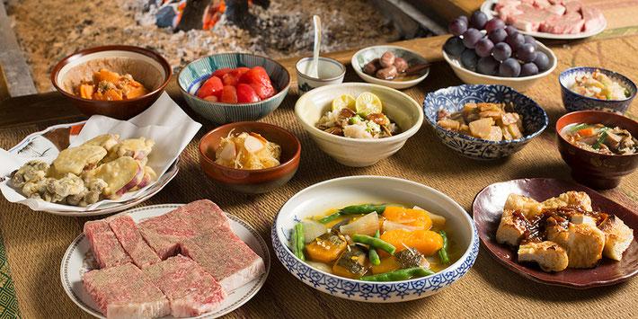 NEXT TRIPに掲載された宿の写真の一つ。囲炉裏端周りの千屋牛と田舎料理。