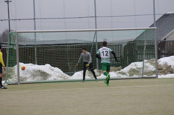 Das 1:0 Elfmetertor durch Tim - der Goalie ohne Chance