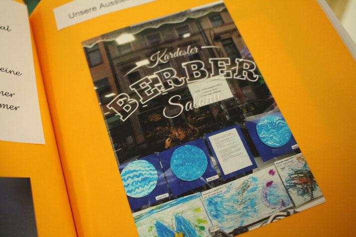 Das Fotoalbum zeigt eine Ausstellung 2018 im Berber Salon auf der Keupstraße, den die Kinder mit ihren Arbeiten ausgestattet hatten.