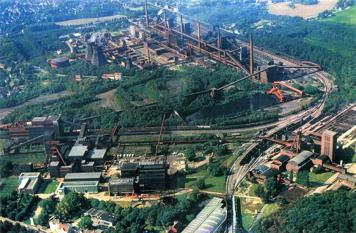 Die alte Industrieanlage Zeche Zollverein in Essen/NRW, rechts das spätere Tanzzentrum