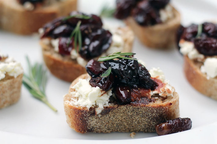 Looking for a sweet appetizer with no added sugar? This delicious goat cheese and concord grape crostini recipe is heart healthy. #hearthealth #healthysnack #lowsugardessert #lowsugardessert #lowsugardiet #crostini #appetizer #concordgrape