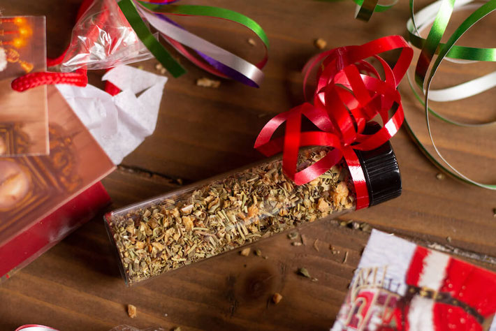 Here are 30 DIY healthy food gift ideas for foods, friends, and family. These budget-friendly gifts are homemade and from the heart. Give the gift of health this holiday season! #amyseatlist #giftguide #holidaygiftguide #diyholiday #diygifts