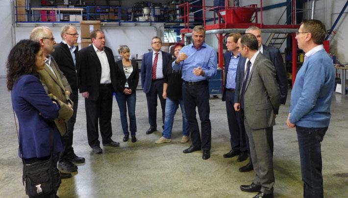 Geschäftsführer Peter Putsch zeigte dem Merseburger Beirat für Wirtschaftsförderung die Produktion der Exipnos GmbH.
