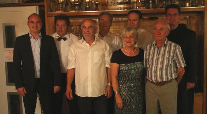 Ehre wem Ehre gebührt: die mit der Ehrennadel ausgezeichneten Mitglieder flankiert von Vorstand und geladenen Gästen