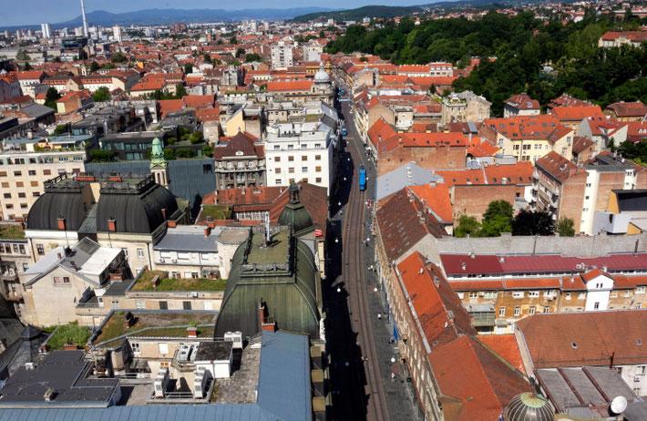 Iš Zagrebo dangoraižio matyti, kaip ilgiausia Ilicos gatve važinėja mėlyni tramvajai