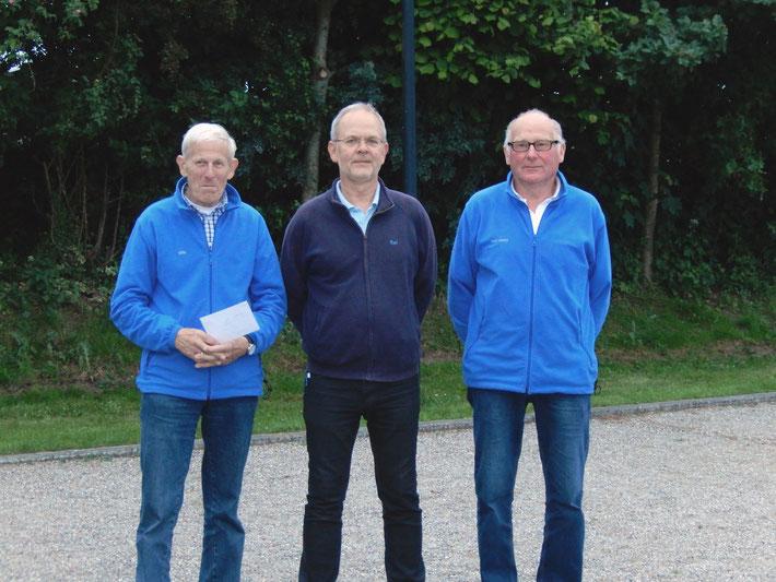 """Das Siegertem der """"Geest-Bouler"""" - v.l.: Otto Hansen, Kai Clausen (Boulechef Boule-Terrier Viöl), Karl-Heinz Mextorf"""
