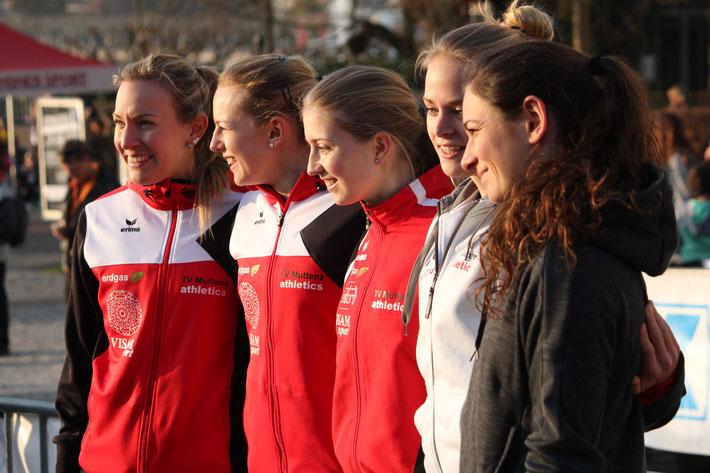 Dany, Paula, Laura, Sarina und Xenia können an der Siegerehrung wieder lachen!