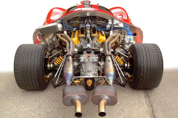 GTP-13 Motorbucht in gegenwärtigem Entwicklungszustand mit Schieberdrosselanlage der 3. Generation, Zündanlage d. 2. Gen., Abklingöltank d. 2. Gen., weiterentwickeltem Kühlmittelbehälter mit Querentlüftung und verbesserter Kurbelgehäuseentlüftung.