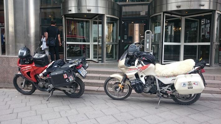 Ganz frech einfach mal vor dem Eingang auf dem Bürgersteig geparkt