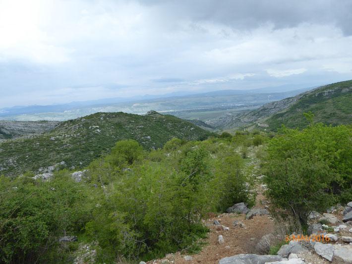 Auf dem Weg von Mostar nach Dubrovnik, schlängelt sich die Straße sanft an den Hügeln entlang