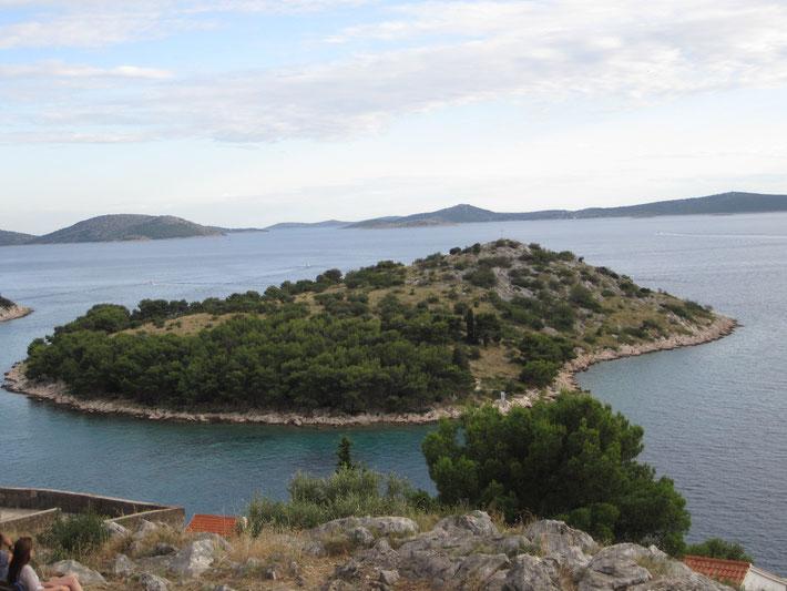 Ausblick aus die Kornateninseln von der Kapelle im Vorort Tribunj.