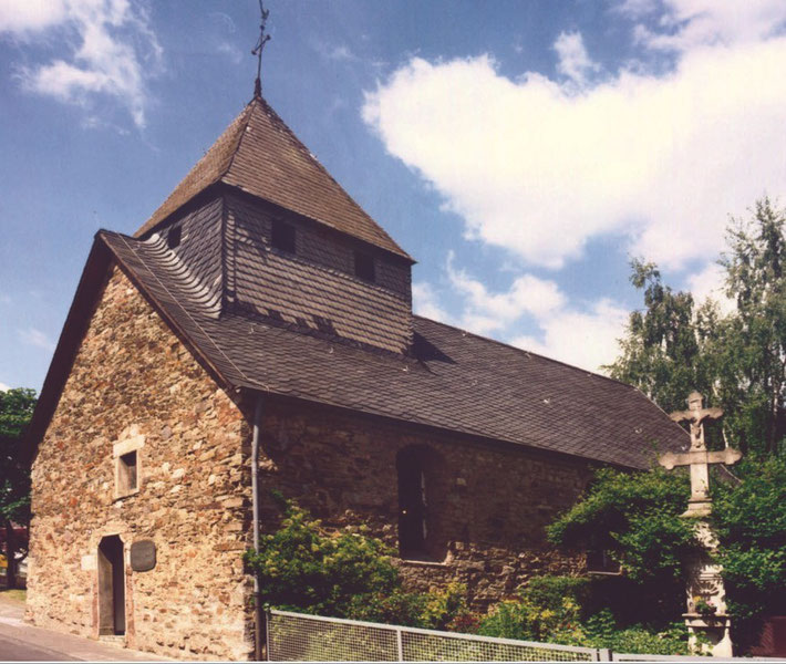 """Die Kapelle als Bruchsteinbau bis 2003. In enger Zusammenarbeit mit dem Landesamt für Denkmalpflege wurde sie dann mit dem heutigen """"mauernahen Putz"""" versehen, wie er wohl über Jahrhunderte ausgesehen hat."""