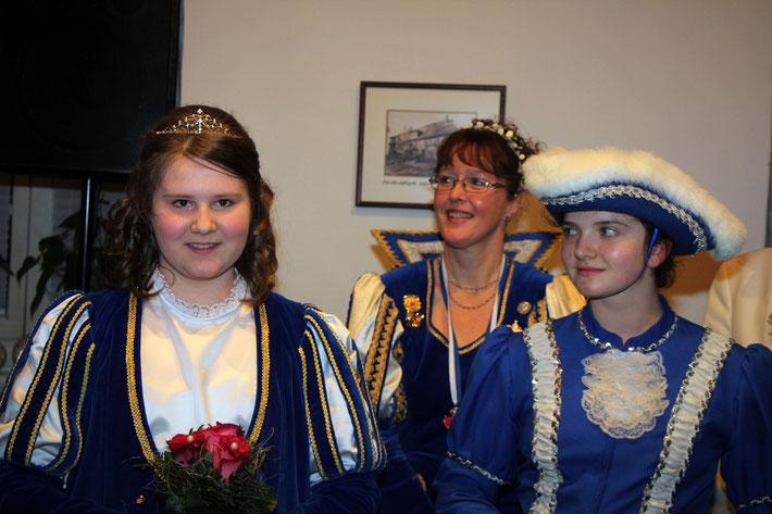 """Melissa I. """"Die Humorvolle"""" (l.) mit Adjutantin Lea (r.). Im Hintergrund Prinzessin Nicole I."""
