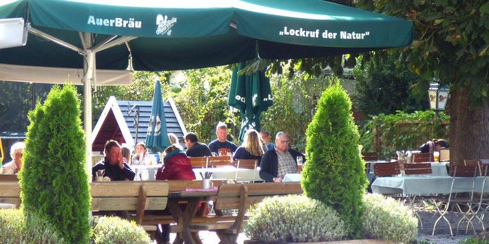 Schattiger Biergarten im Gasthof Falkenstein