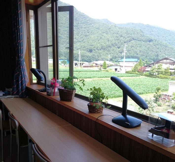 学習室 窓辺の風景
