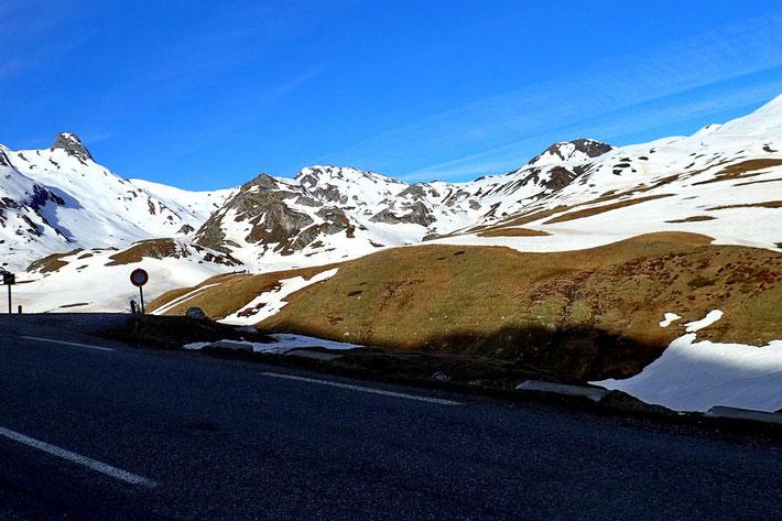 Départ de la randonnée du parking de la cabane de l'Araille. Vue (au centre) du Pic de la Gradillère (2271m).