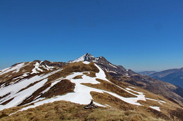 Le Pic du Mont (2009m) et derrière le Pic du Montaigu (2339m).