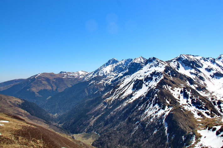 La vallée de Lesponne, dominée par le Pic de Bizourtère (2311m). Au fond, le Pic du Midi.