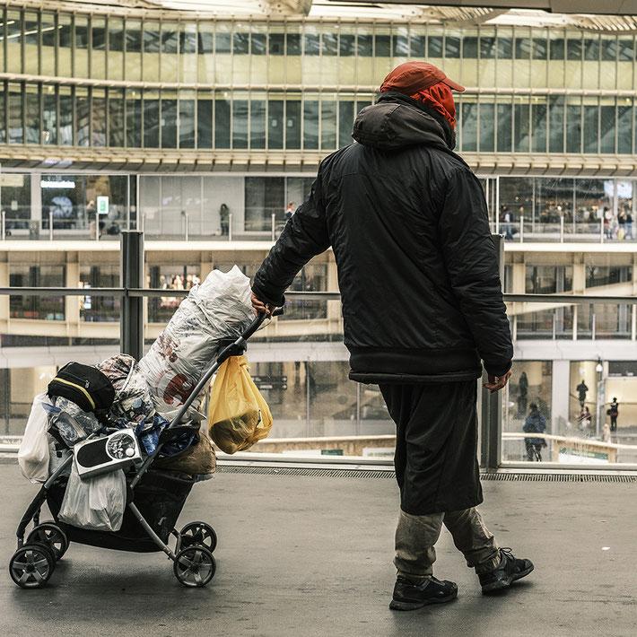 Mathieu Guillochon, photographe, Paris, Les Halles, SDF, poussette, sacs, pauvreté