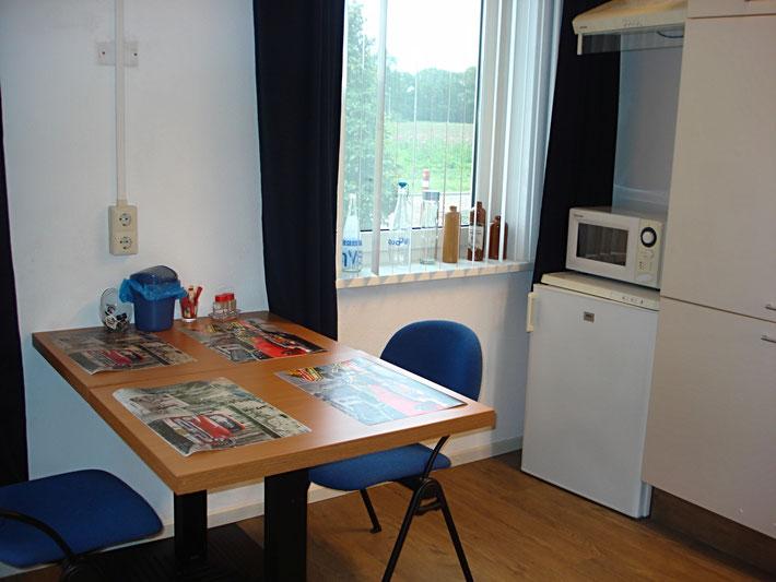 Kamer met 2 ontbijttafeltjes en plaats voor uw laptop of ander apparaat