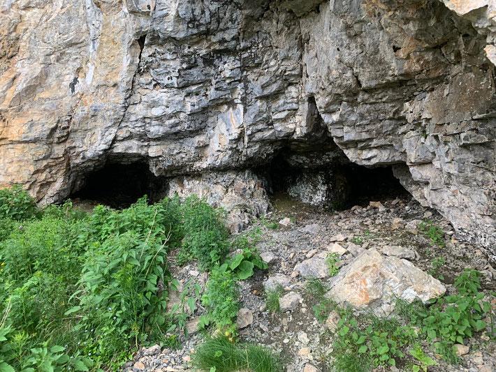 Koordinaten 720192 213633. Im rechten Teil dieses Felsgewölbes befindet sich die Quelle.