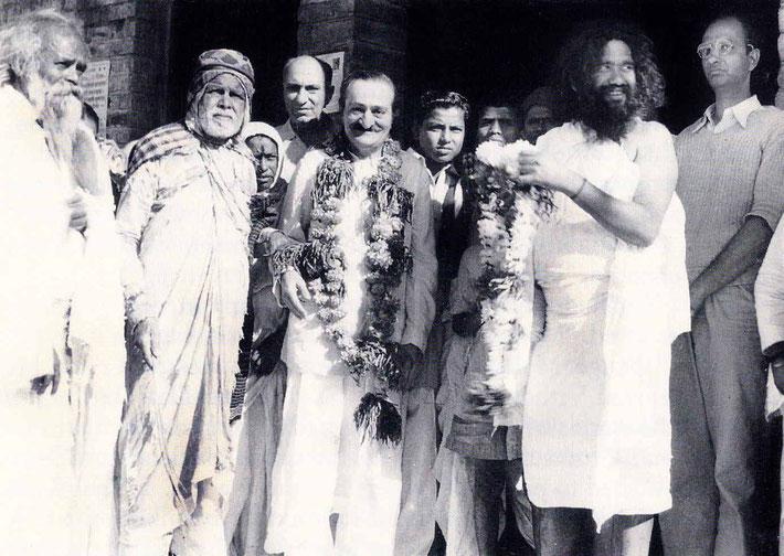 7th November 1954 : Meher Baba at Namanand's dharamasala in Pandharpur, wth ( left of Baba ) Kaikadi Maharaj, Saint Gadge Maharaj, ?, & Sarosh Irani. Namanand standing right with beard. Photo taken by B.Panday. Courtesy of Lord Meher ; 1st Ed.V13-14-p4575