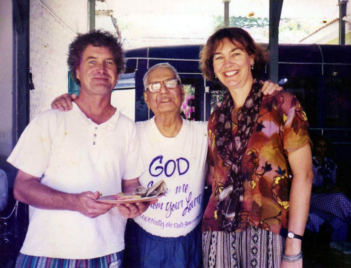 Sam and his wife Gärd Saunders with Eruch at Meherazad, India in 1998