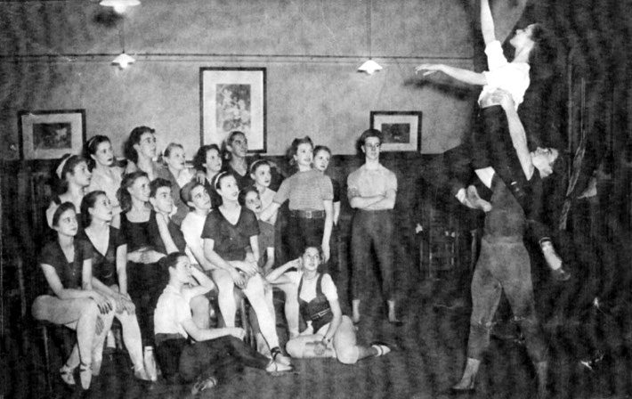 1931 ; Margaret Craske Senior Proffessional Class. Courtesy of the Peggy Van Praagh Collection.
