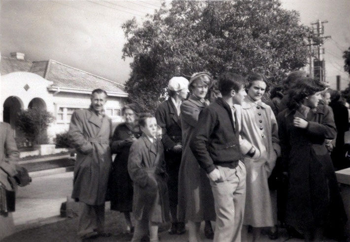1956 : Crowd gathering outside the O'Brien's house in Maple Crescent waiting for Baba ; courtesy of Margaret Buchanan