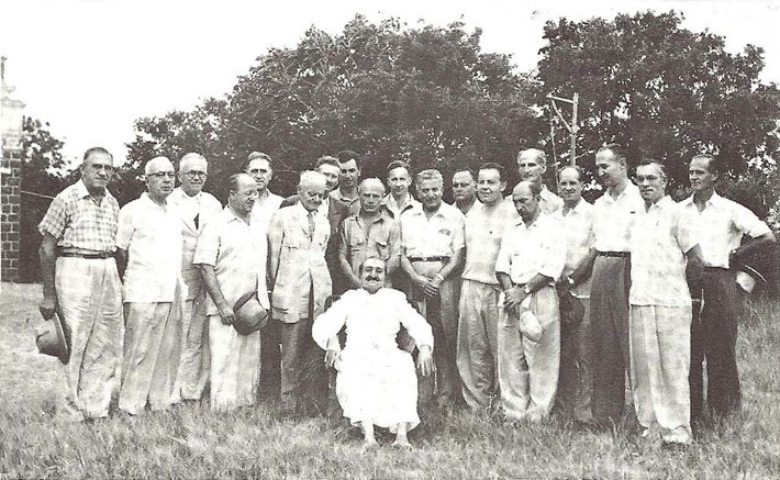 India 1954 : Western men ; Frank is 2nd from the right